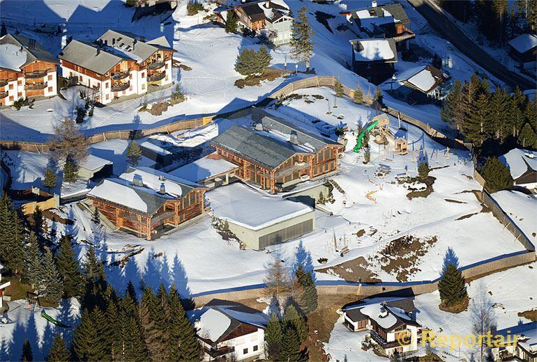 Foto: Der Schweizer Tennisstar Roger Federer hat für sich und seine Eltern ein Doppel-Chalet in Valbella-Lenzerheide gebaut.. (Luftaufnahme von Niklaus Wächter)