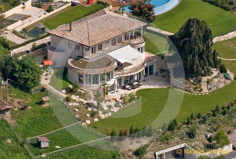 Foto: Ein Hauch von Spanien liegt über der Villa von DJ Bobo auf der Halbinsel Horw am Vierwaldstättersee. (Luftaufnahme von Niklaus Wächter)