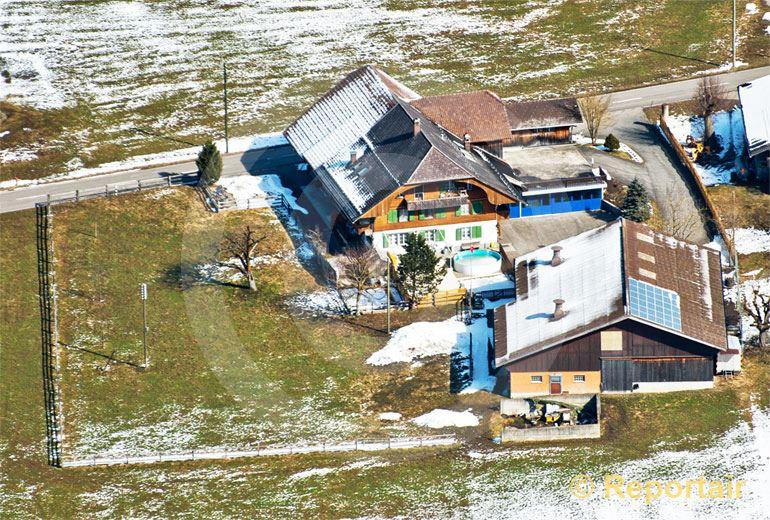 Foto: Die Schweizer Jodelstars Oesch die Dritten wohnen auf ihrem Bauernhof in Schwarzenegg (BE). (Luftaufnahme von Niklaus Wächter)