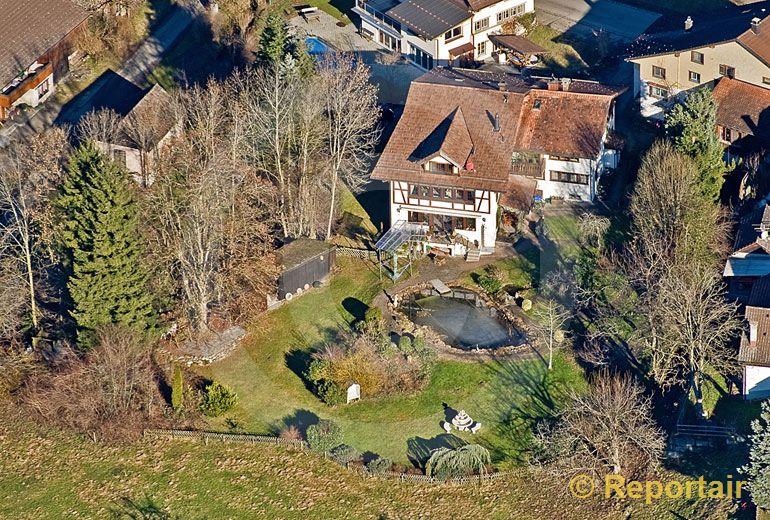 Foto: Der deutsche Schauspieler und Travestiekünstler Georg Preusse alias Mary, bewohnt dieses idyllische Refugium im Weiler Ringwil ZH. (Luftaufnahme von Niklaus Wächter)