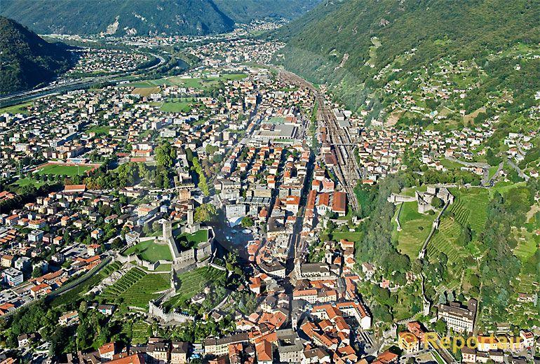 Foto: Bellinzona TI mit seinen Burgen. (Luftaufnahme von Niklaus Wächter)