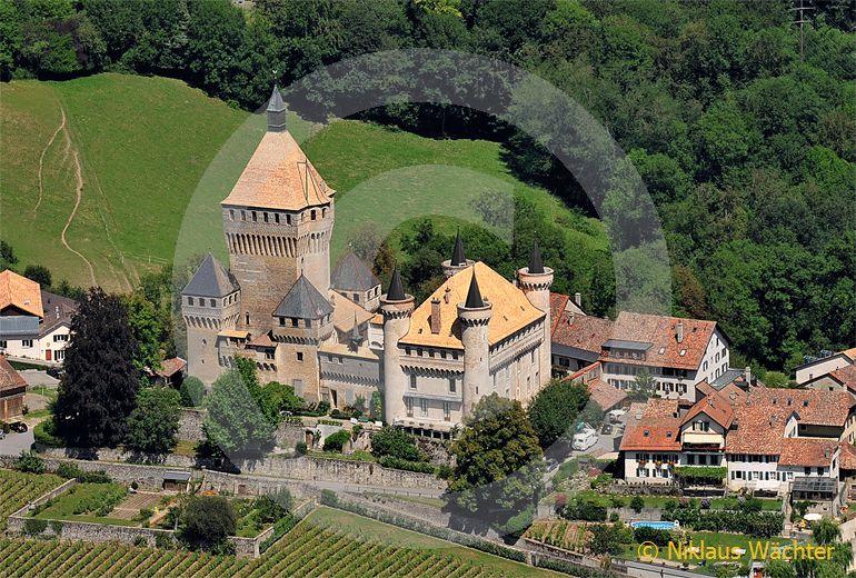 Foto: Das Schloss von Vufflens-le-Chateau. (Luftaufnahme von Niklaus Wächter)
