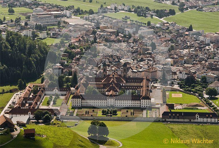 Foto: Das Kloster Einsiedeln. (Luftaufnahme von Niklaus Wächter)
