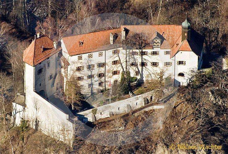 Foto: Das Schloss Rhäzüns gehört Alt-Bundesrat Christoph Blocher. (Luftaufnahme von Niklaus Wächter)