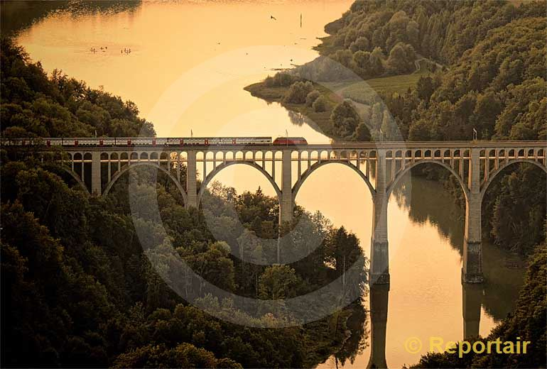 Foto: Der Grandfey-Viadukt an der Bahnlinie von Bern nach Freiburg gehört zu den grössten Brücken der Schweiz. (Luftaufnahme von Niklaus Wächter)