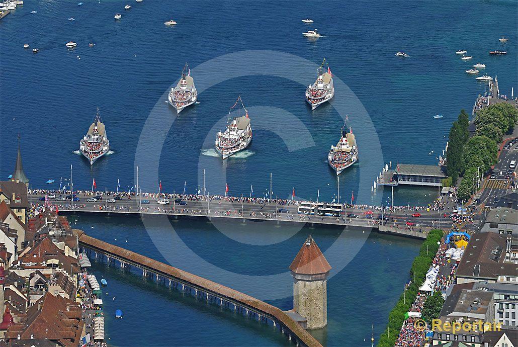 Foto: Die fünf historischen Raddampfer des Vierwaldstättersees posieren vor der Luzerner Seebrücke Bild 1792. (Luftaufnahme von Niklaus Wächter)