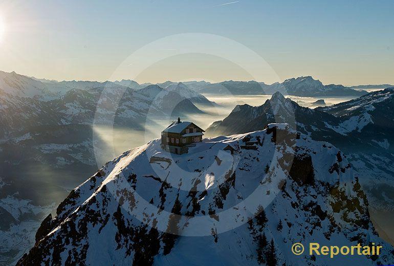 Foto: Winterruhe im Berggasthaus auf dem Grossen Mythen bei Schwyz. (Luftaufnahme von Niklaus Wächter)
