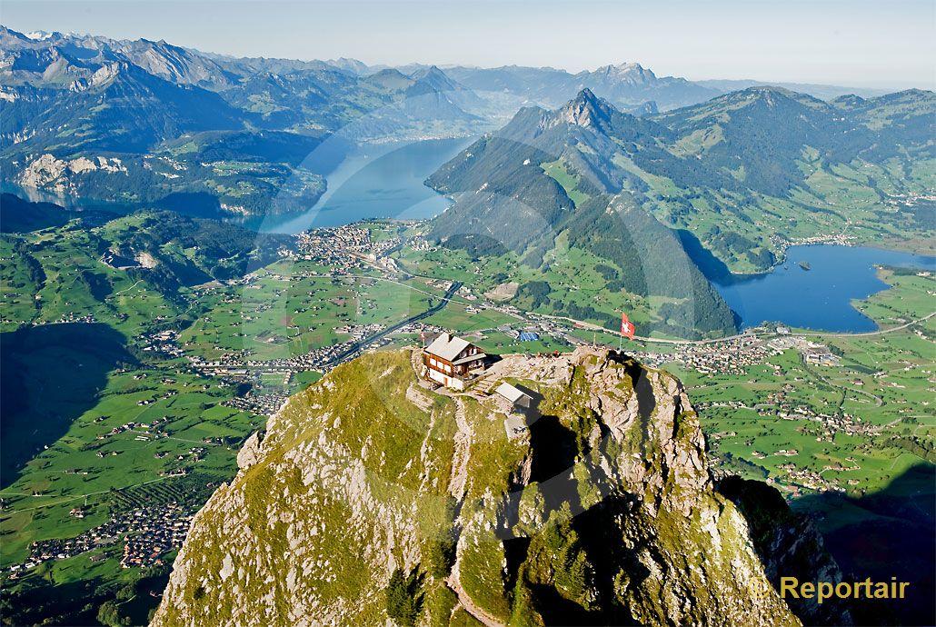 Foto: Der Grosse Mythen mit seinem Berggasthaus und dem Ausblick auf den Verwaldstättersee und den Lauerzersee. (Luftaufnahme von Niklaus Wächter)