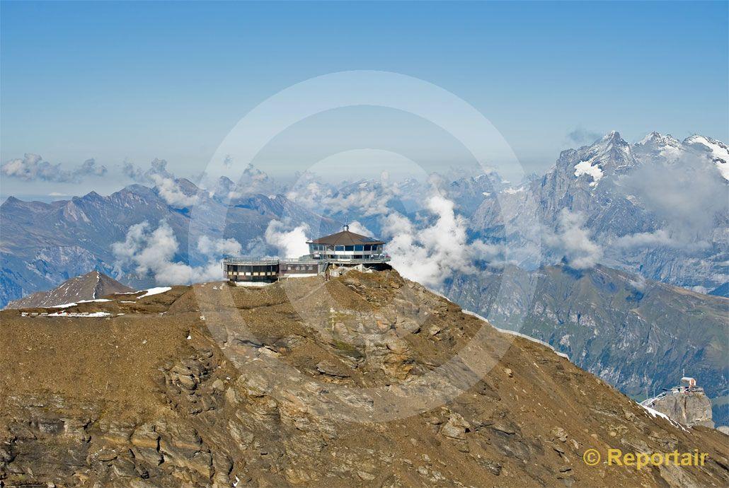 Foto: Schilthorn BE alias Piz Gloria mit seinem Drehrestaurant auf ca 3000 M.ü.M.. (Luftaufnahme von Niklaus Wächter)