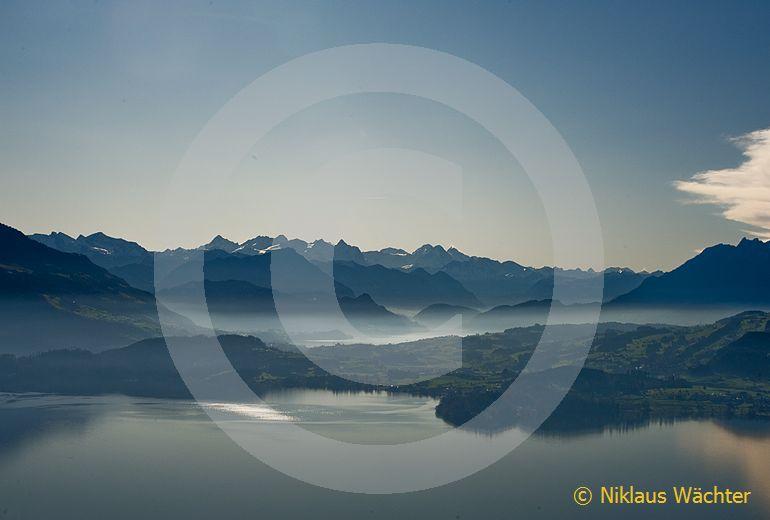 Foto: Blick vom Zugersee in die Voralpen. (Luftaufnahme von Niklaus Wächter)