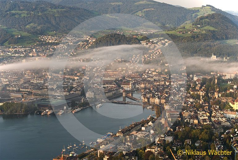 Foto: Morgennebel über Luzern. (Luftaufnahme von Niklaus Wächter)