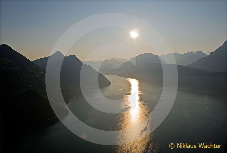 Foto: Morgensonne über dem Vierwaldstättersee bei Beckenried. (Luftaufnahme von Niklaus Wächter)