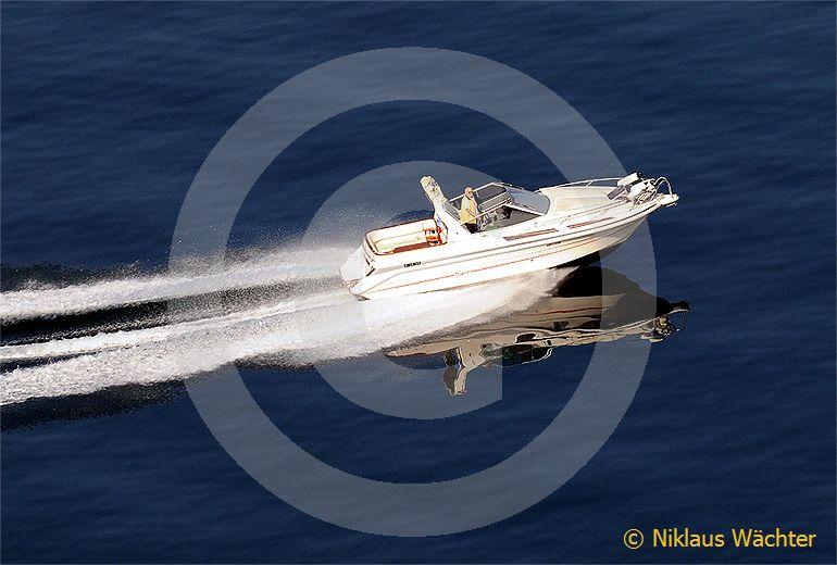 Foto: Sportboot auf dem Vierwaldstättersee. (Luftaufnahme von Niklaus Wächter)