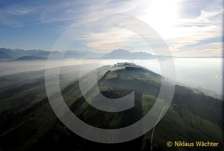 Foto: Michaelskreuz  oberhalb  Root  mit  Pilatus  im  Hintergrund. (Luftaufnahme von Niklaus Wächter)