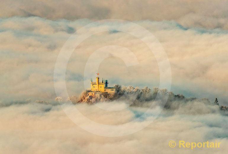 Foto: Das Sälischlössli ob Olten trohnt einsam über dem Nebelmeer. (Luftaufnahme von Niklaus Wächter)