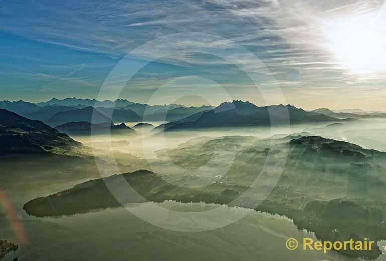 Foto: Herbststimmung uber dem Zugersee im Vordergrund und der Alpenkette mit dem Pilatus. (Luftaufnahme von Niklaus Wächter)