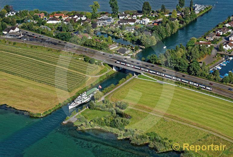 Foto: Der Raddampfer Stadt Zürich gleitet durch den Kanal bei Hurden SZ. (Luftaufnahme von Niklaus Wächter)