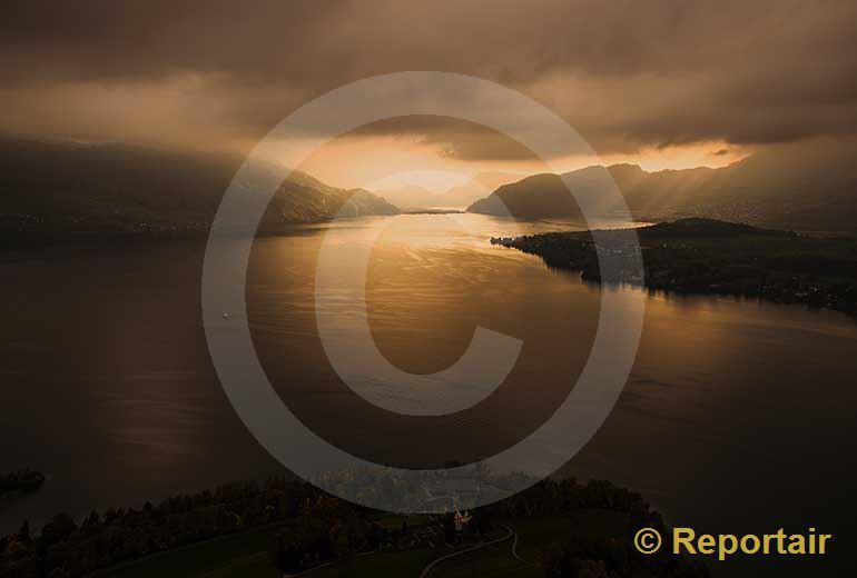 Foto: Licht am Horizont des Vierwaldstättersees. (Luftaufnahme von Niklaus Wächter)