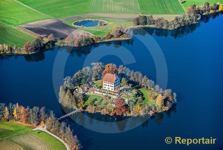 Foto: Schloss Mauensee LU in Herbstfarbe. (Luftaufnahme von Niklaus Wächter)