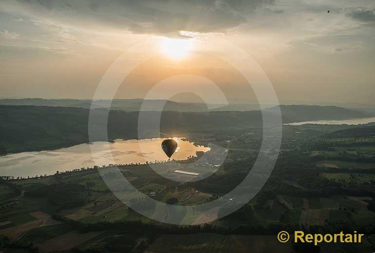 Foto: Ein Ballon beim Baldeggersee (LU) in der Abendsonne.. (Luftaufnahme von Niklaus Wächter)
