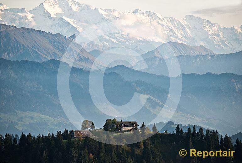 Foto: Das Berggasthaus Napf in der Biosphäre Entlebuch vor der Kulisse der Alpenkette. (Luftaufnahme von Niklaus Wächter)