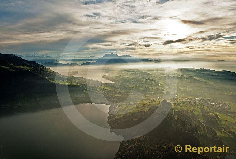 Foto: Herbststimmung über dem Zuger und dem Vierwaldstättersee. (Luftaufnahme von Niklaus Wächter)