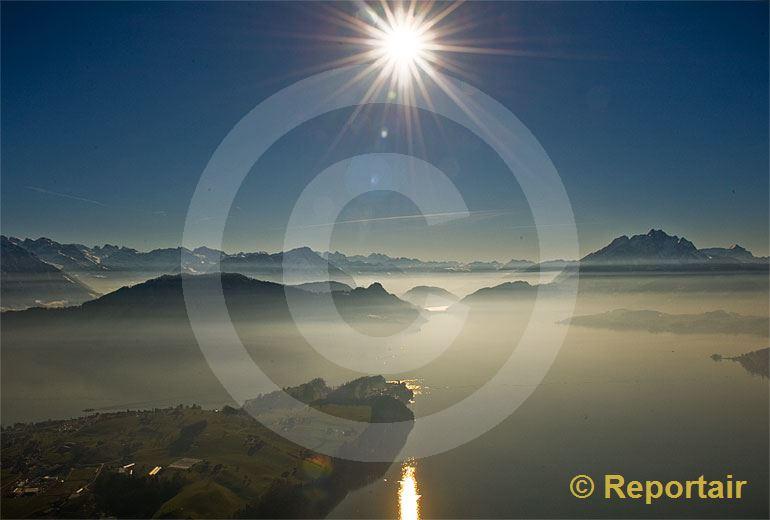 Foto: Dunst über dem Vierwaldstättersee mit der Halbinsel Hertenstein links und dem Pilatus rechts im Bild. (Luftaufnahme von Niklaus Wächter)