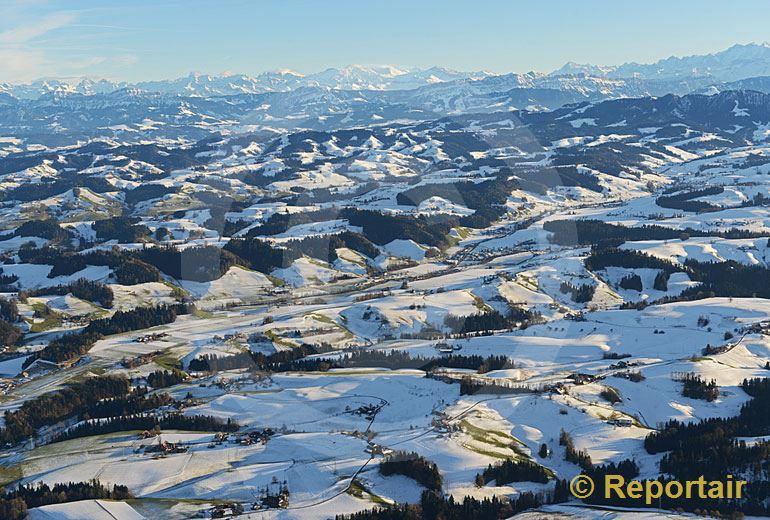 Foto: Die Napfregion, die Voralpen und die Alpenkette.. (Luftaufnahme von Niklaus Wächter)