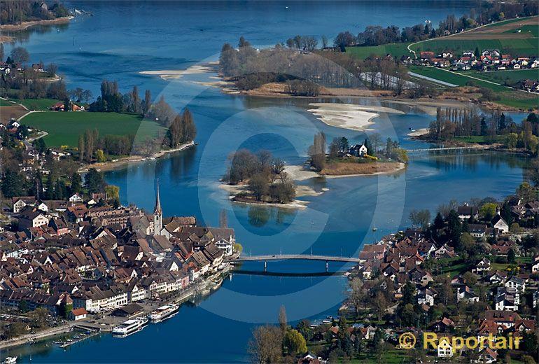 Foto: Tiefer Wasserpegel des Rheins bei Stein am Rhein. (Luftaufnahme von Niklaus Wächter)