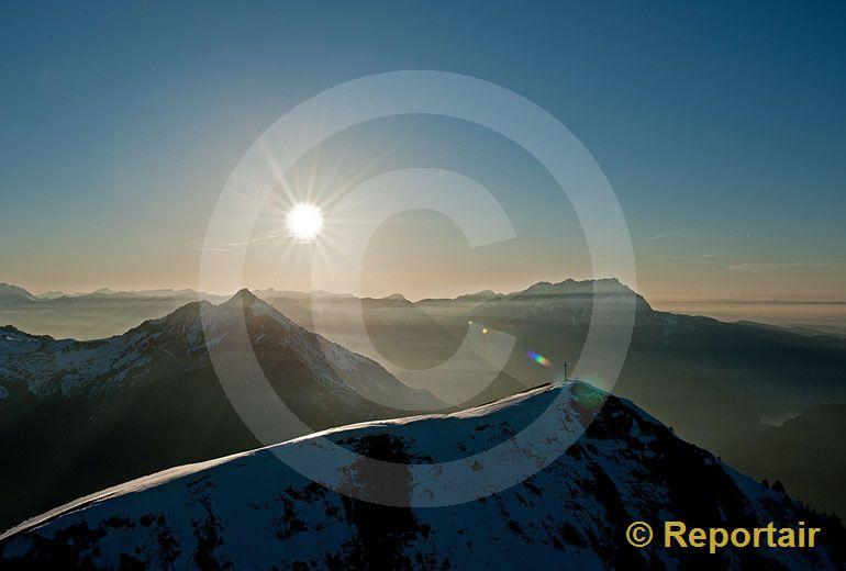 Foto: Abendstimmung über dem Buochserhorn. (Luftaufnahme von Niklaus Wächter)