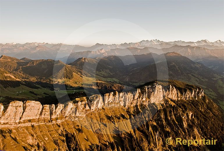 Foto: Die Felszacken der Schwändiliflue  in der Biosphäre Entlebuch gelten als die Dolomiten der Zentralschweiz.. (Luftaufnahme von Niklaus Wächter)
