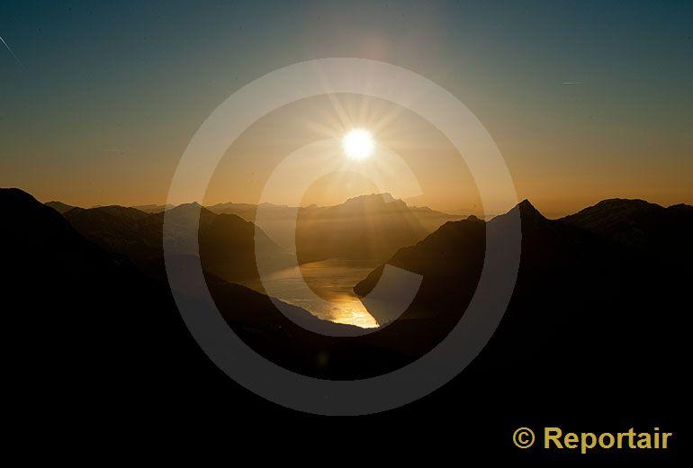 Foto: Die Abendsonne spiegelt sich im Vierwaldstättersee. (Luftaufnahme von Niklaus Wächter)