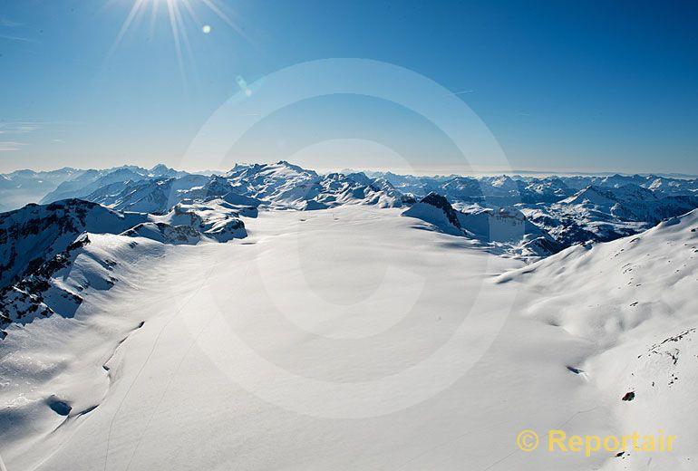 Foto: Der Plaine-Morte-Gletscher ist ein Plateaugletscher. Blick gegen Westen. (Luftaufnahme von Niklaus Wächter)
