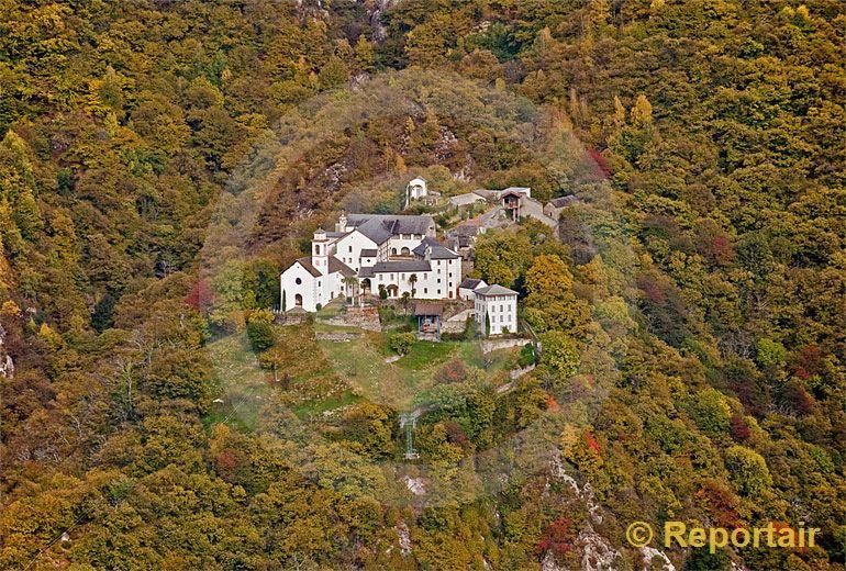 Foto: Das Kloster Santa Maria Assunta oberhalb von Claro (TI) im Herbstwald. (Luftaufnahme von Niklaus Wächter)