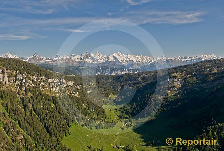 Foto: Grünenbergpass mit Alpenkette BE. (Luftaufnahme von Niklaus Wächter)
