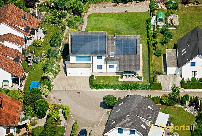 Foto: Einfamilienhaus in  Einfamilienhaussiedlung.. (Luftaufnahme von Niklaus Wächter)