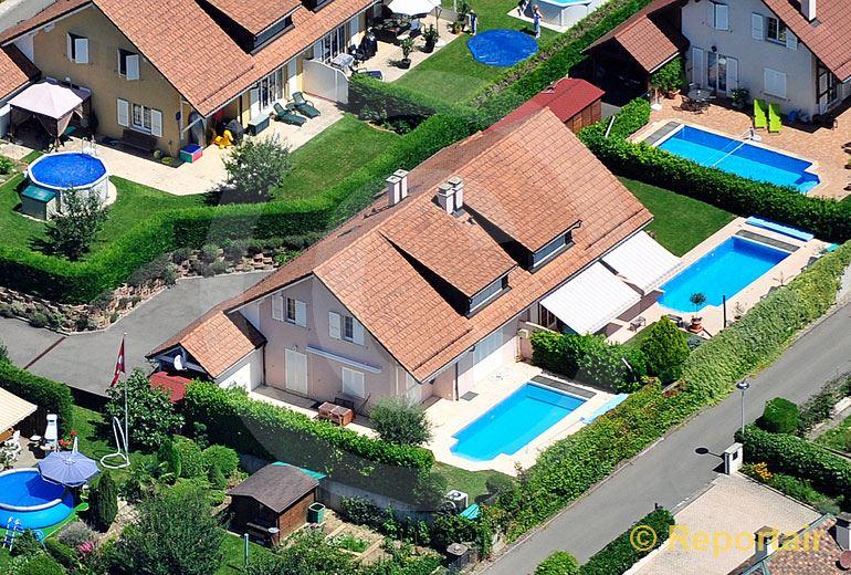 Foto: Doppeleinfamilienhaus in  Doppelhaussiedlung.. (Luftaufnahme von Niklaus Wächter)