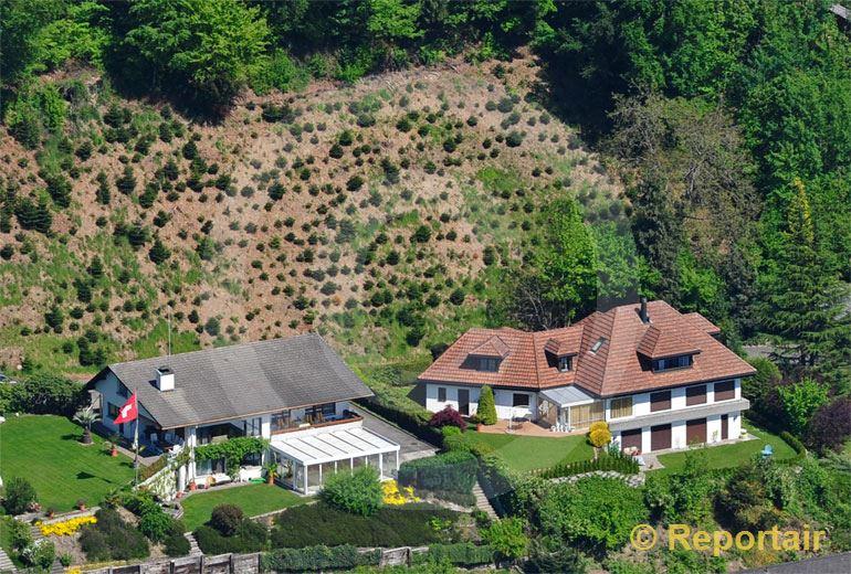 Foto: Hangsicherungsmassnahmen für  neugebaute Einfamilienhäuser.. (Luftaufnahme von Niklaus Wächter)