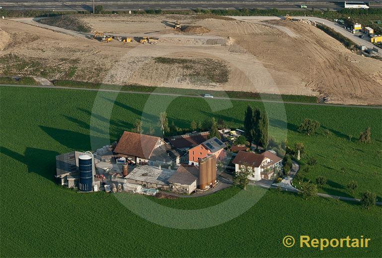 Foto: Bedrohter Hof bei Rotkreuz ZG. (Luftaufnahme von Niklaus Wächter)