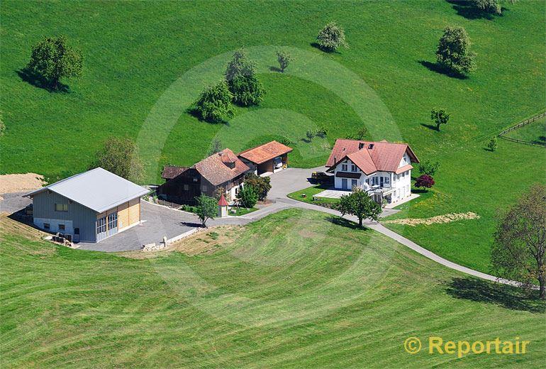 Foto: Bauernhof mit neuer Scheune in der  Zentralschweiz.. (Luftaufnahme von Niklaus Wächter)