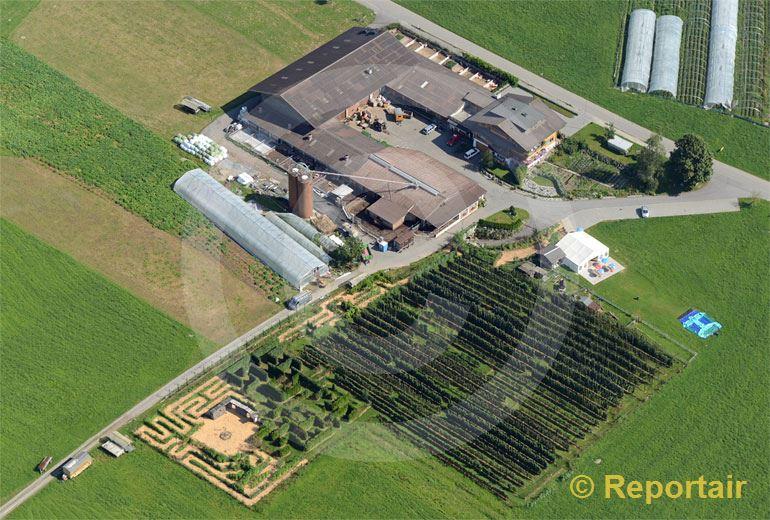 Foto: Abenteuer-Bauernhof mit Labyrinth bei Rothenburg LU.. (Luftaufnahme von Niklaus Wächter)