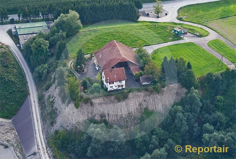 Foto: Umzingelter Hof bei Obfelden ZH.. (Luftaufnahme von Niklaus Wächter)