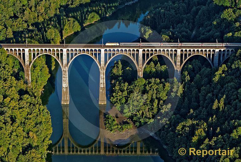 Foto: Das Grandfey-Viadukt bei Fribourg. (Luftaufnahme von Niklaus Wächter)
