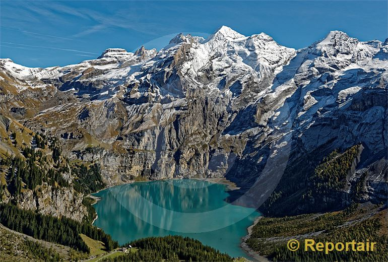 Foto: Der Oeschinensee ob Kandersteg liegt auf 1578 Metern Hoehe. (Luftaufnahme von Niklaus Wächter)