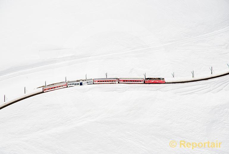 Foto: Die Matterhorn-Gotthardbahn unterwegs im Skigebiet von Andermatt. (Luftaufnahme von Niklaus Wächter)