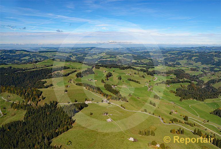 Foto: Der Schallenbergpass gehört mit 1167 m.ü.M. zu den tieferen Schweizerpässen und gilt als beliebte Motorrad-Route. (Luftaufnahme von Niklaus Wächter)