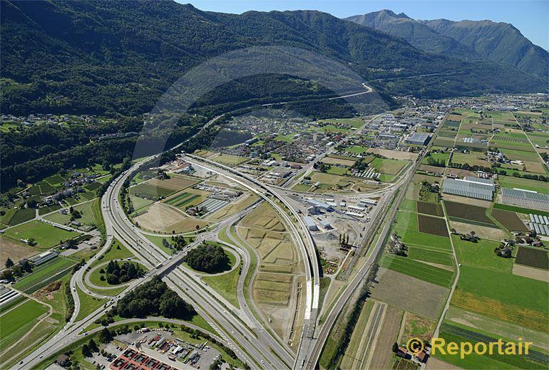 Foto: Der Ceneri-Basistunnel im Bau. Südlich von Giubiasco TI geht die neue Linie links weg. (Luftaufnahme von Niklaus Wächter)