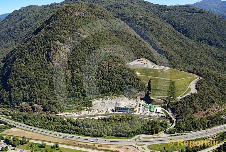 Foto: Der Ceneri-Basistunnel im Bau. Bei Sigirino TI erfolgt der Zwischenangriff beim Tunnelbau. (Luftaufnahme von Niklaus Wächter)