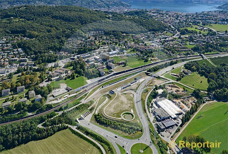 Foto: Der Ceneri-Basistunnel im Bau. In Vezia TI entsteht das Südportal. (Luftaufnahme von Niklaus Wächter)