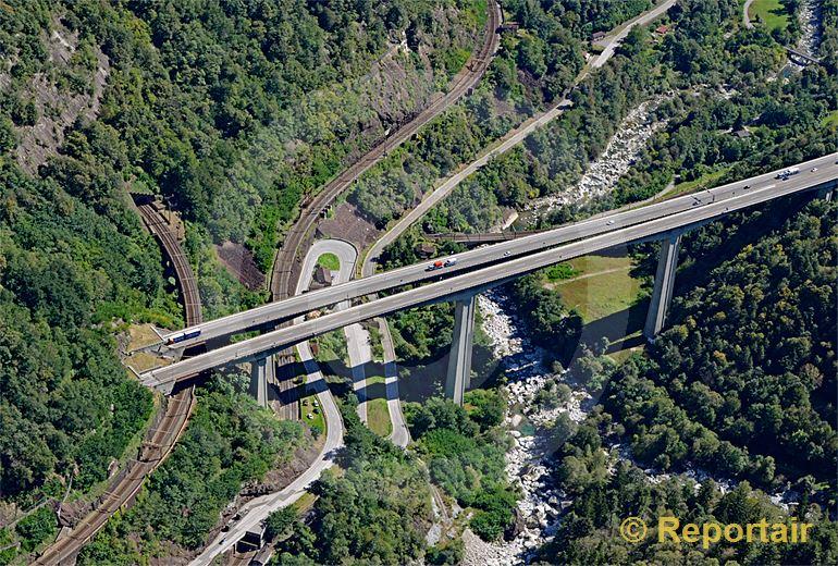 Foto: Die Gotthard-Südrampe bei Chironico TI. (Luftaufnahme von Niklaus Wächter)